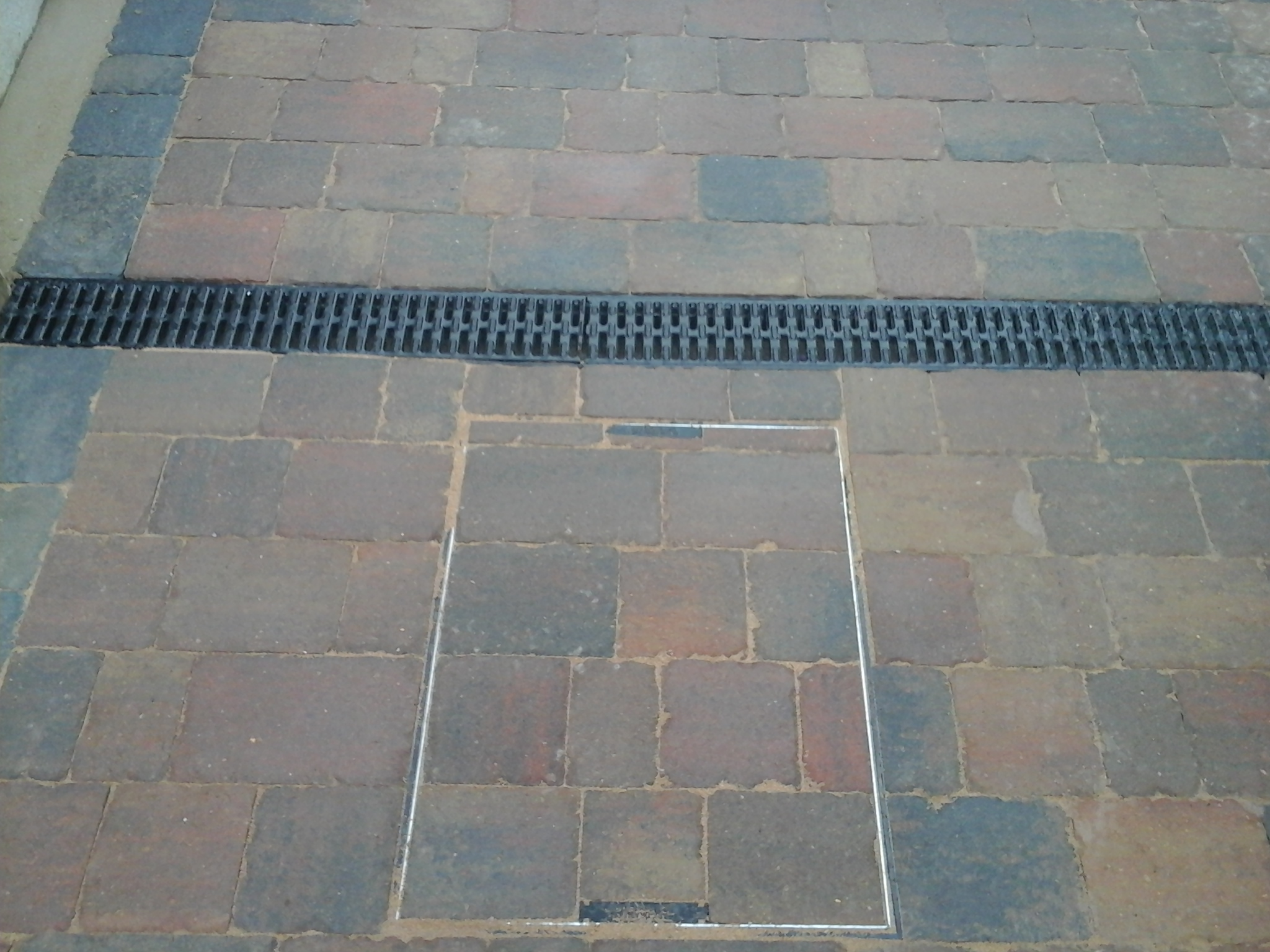 Recessed manhole covers